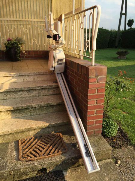 Gerader Außen-Treppenlift (neuwertig) – ACORN Superglide 130